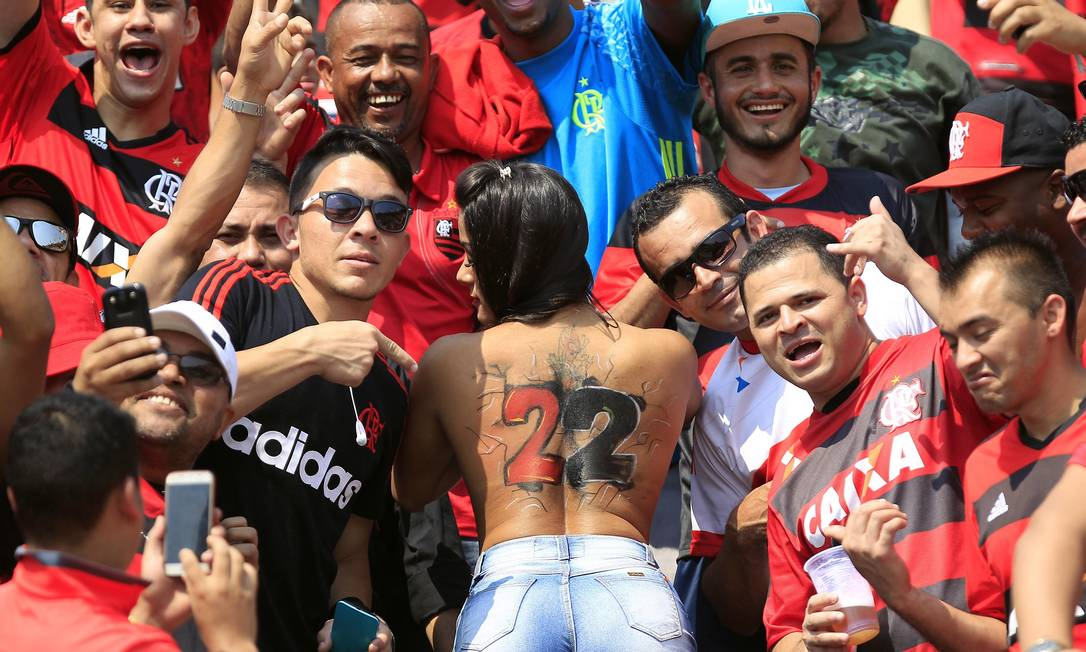 Será que foi o calor no Pacaembu? A torcedora do Flamengo abriu mão da camisa no meio da arquibancada no jogo contra o Figueirense Edilson Dantas / Agência O Globo