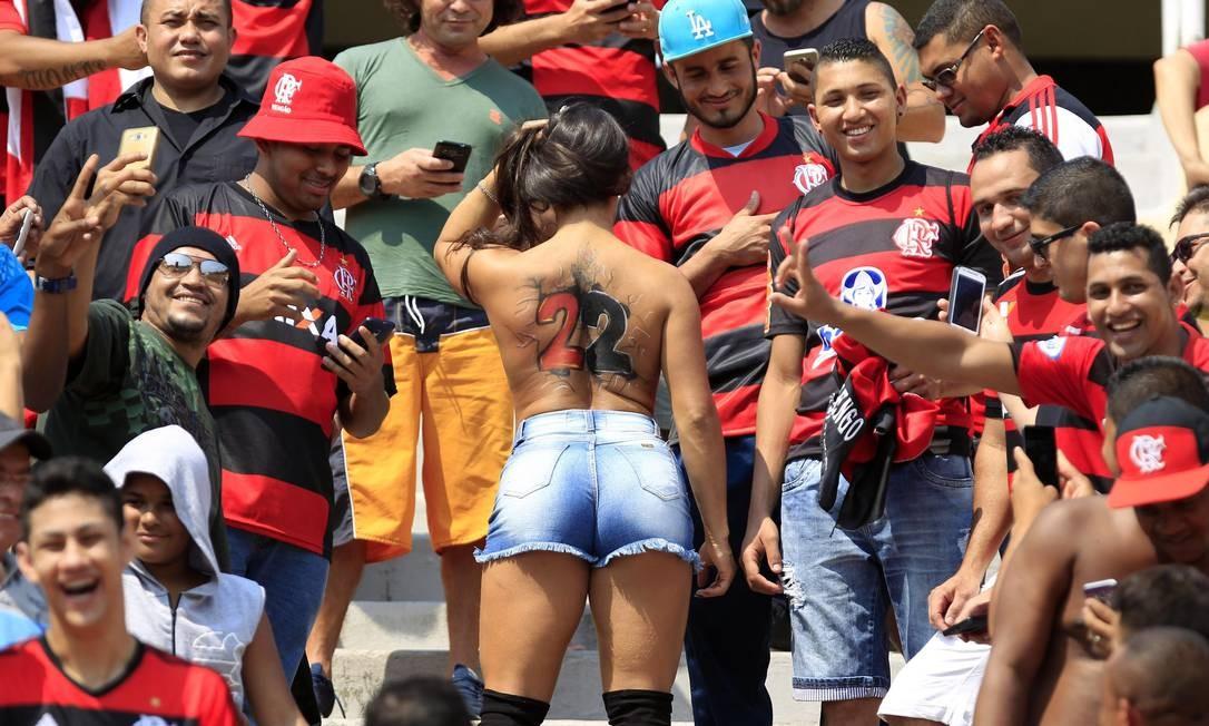 Nas costas nuas da torcedora, o número 22. Fã do Éverton, meia rubro-negro? Edilson Dantas / Agência O Globo