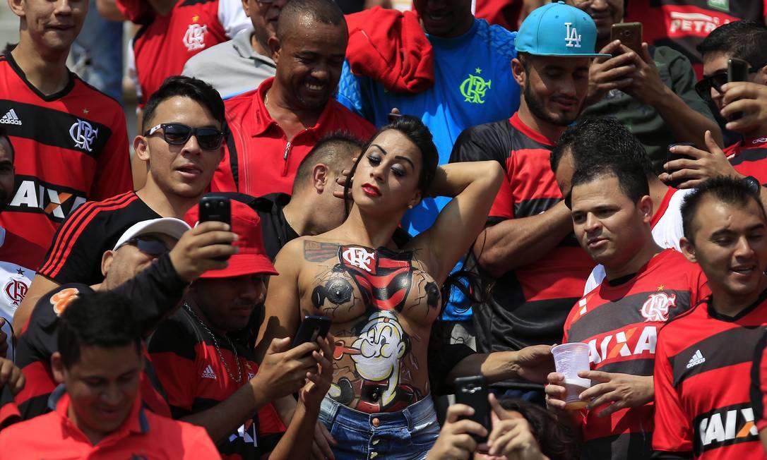 Na pintura do corpo, o escudo do Flamengo e o desenho do marinheiro Popeye Edilson Dantas / Agência O Globo