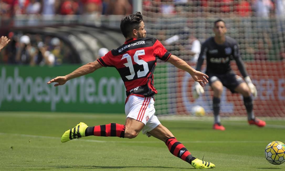 Diego prepara o chute contra o goleiro Gatito Fernandez: Flamengo x Figueirense Edilson Dantas / Agência O Globo
