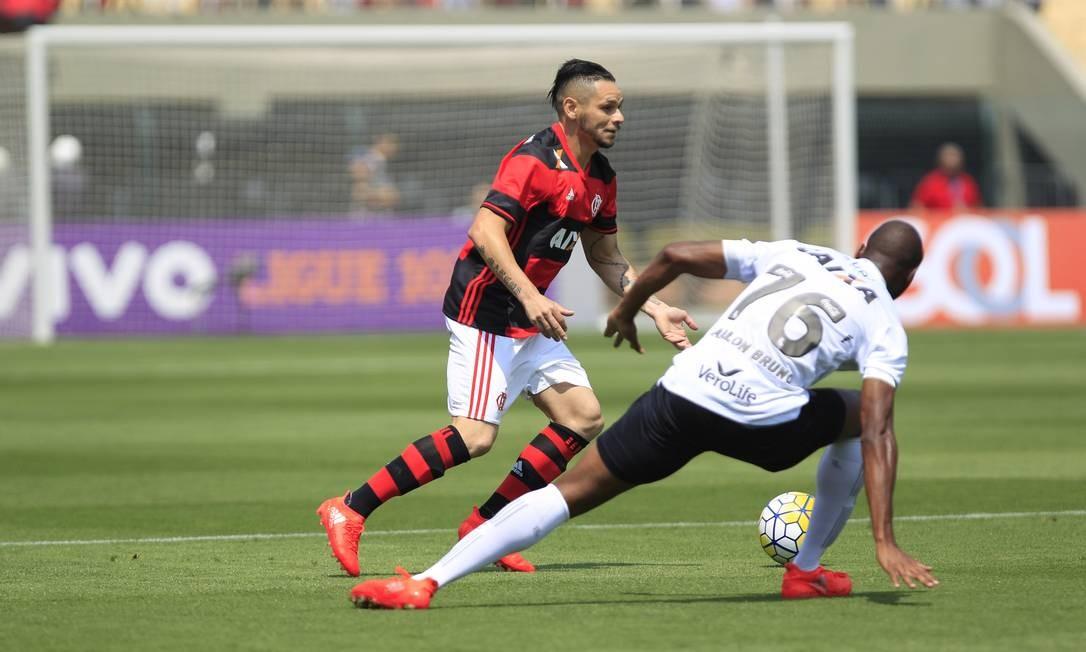 Então, vamos ao jogo: o lateral Pará conduz a bola e leva o Flamengo ao ataque contra o Figueirense Edilson Dantas / Agência O Globo