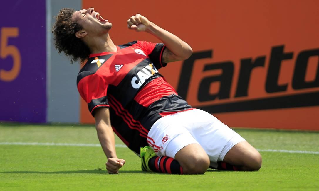 William Arão festeja o gol de cabeça que marcou pelo Flamengo sobre o Figueirense Edilson Dantas / Agência O Globo