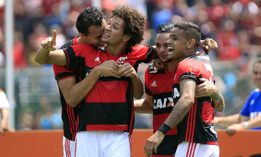 Damião abraça Arão, autor do primeiro gol do Flamengo nos 2 a 0 sobre o Figueirense no Pacaembu: Pará e Éverton também comemoram Edilson Dantas / Agência O Globo