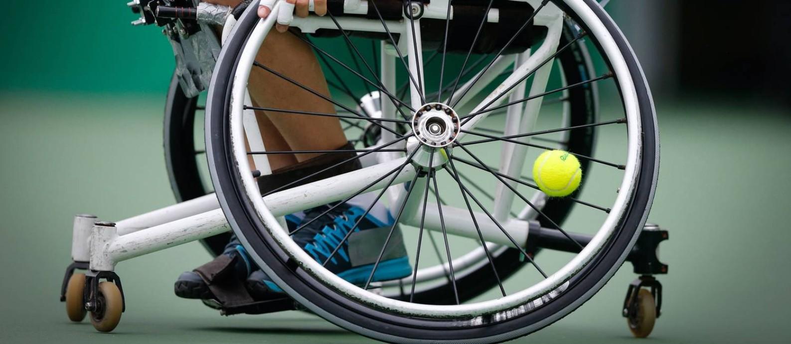 Atleta Mauricio Pomme em ação durante disputa no tênis para cadeirantes Foto: Domingos Peixoto / O Globo