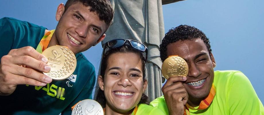 Petrúcio Ferreira, Veronica Hipólito e Daniel Martins visitam o Cristo Redentor Foto: CPB / Marcio Rodrigues