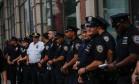 Policiais são vistos na cena de uma explosão no bairro Chelsea, em Nova York Foto: KENA BETANCUR / AFP