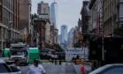 Agentes são vistos na cena de uma explosão em Nova York Foto: KENA BETANCUR / AFP