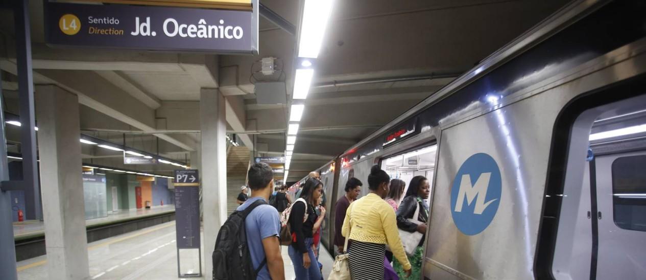 Passageiros embarcam na primeira viagem liberada à população Foto: Marcelo Carnaval / Agência O Globo