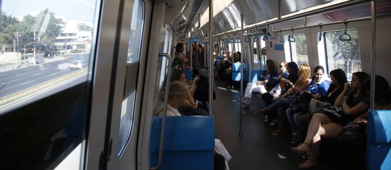 Passageiros dentro de trem da Linha 4 Foto: Marcelo Carnaval / O Globo