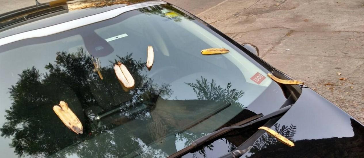 Cascas de bananas foram colocadas no carro do rapper Marcelo Silva, o Dughettu Foto: Marcello Silva