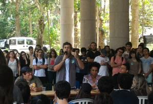 Candidato do PSOL, Marcelo Freixo responde a perguntas de alunos da PUC Foto: Miguel Caballero / /Agência O Globo