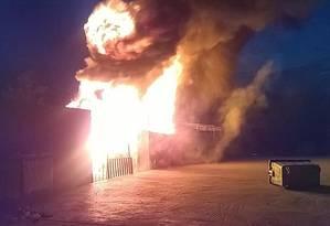 Incêndio atingiu residências dentro de campo de refugiados em Lesbos Foto: Reprodução / Twitter