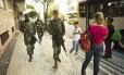 Militares da Marinha em patrulhamento na Rua Barata Ribeiro, em Copacabana: permanência incerta