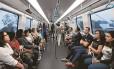 Passageiros usam a Linha 4 do metrô, agora aberta ao público