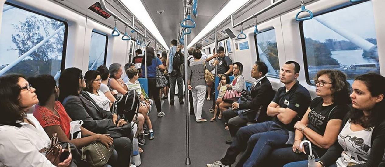 Passageiros usam a Linha 4 do metrô, agora aberta ao público Foto: Domingos Peixoto / Agência O Globo