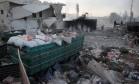 Ajuda humanitária é vista espalhada no chão na cidade de de Orum al-Kubra, na periferia de Aleppo Foto: OMAR HAJ KADOUR / AFP