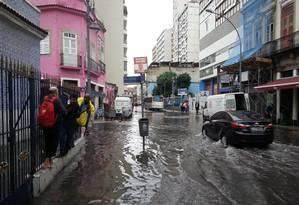 A Rua da Lapa alagada na manhã desta terça-feira Foto: Pedro Teixeira / Agência O Globo