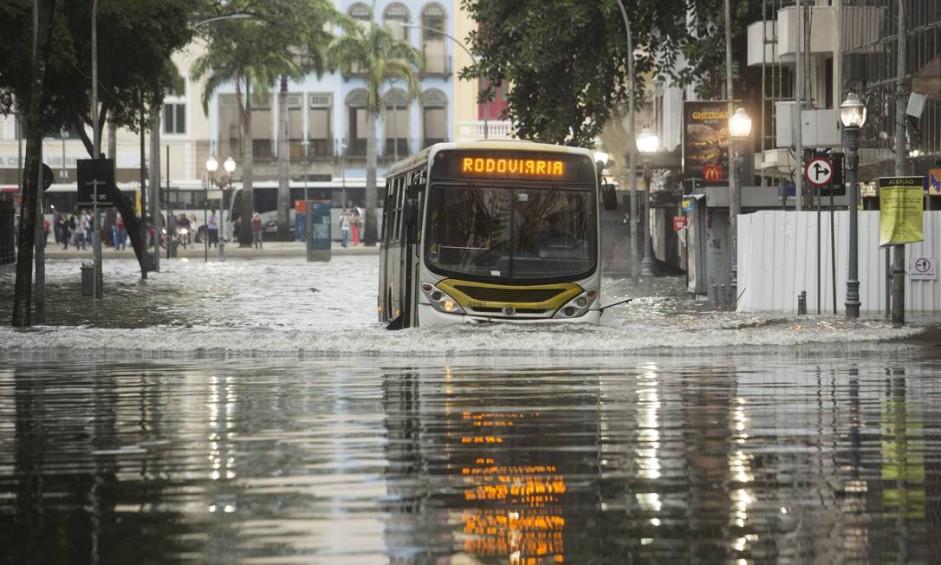 Ônibus enfrenta o alagamento na Lapa Foto: Antônio Scorza / Agência O Globo