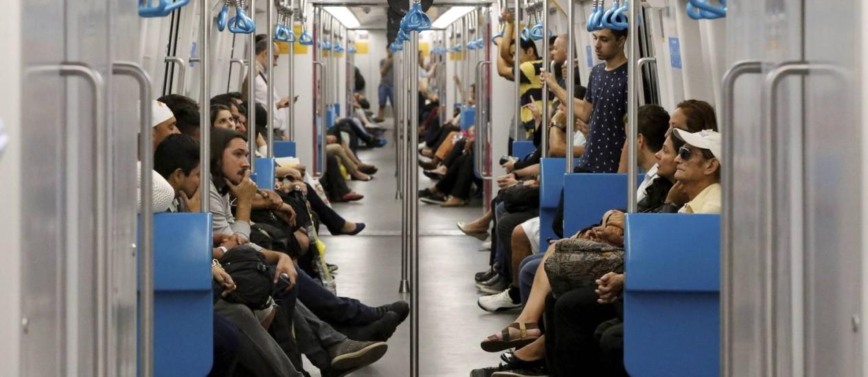 Passageiros dentro de metrô da Linha 4 Foto: Domingos Peixoto / Agência O Globo