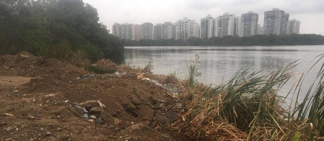 Entulho de obras está aterrando parte da Lagoa da Tijuca, na Barra Foto: Divulgação/Mario Moscatelli
