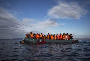 Refugiados e imigrantes chegam em bote inflável à costa da ilha grega de Lesbos Foto: Santi Palacios / AP