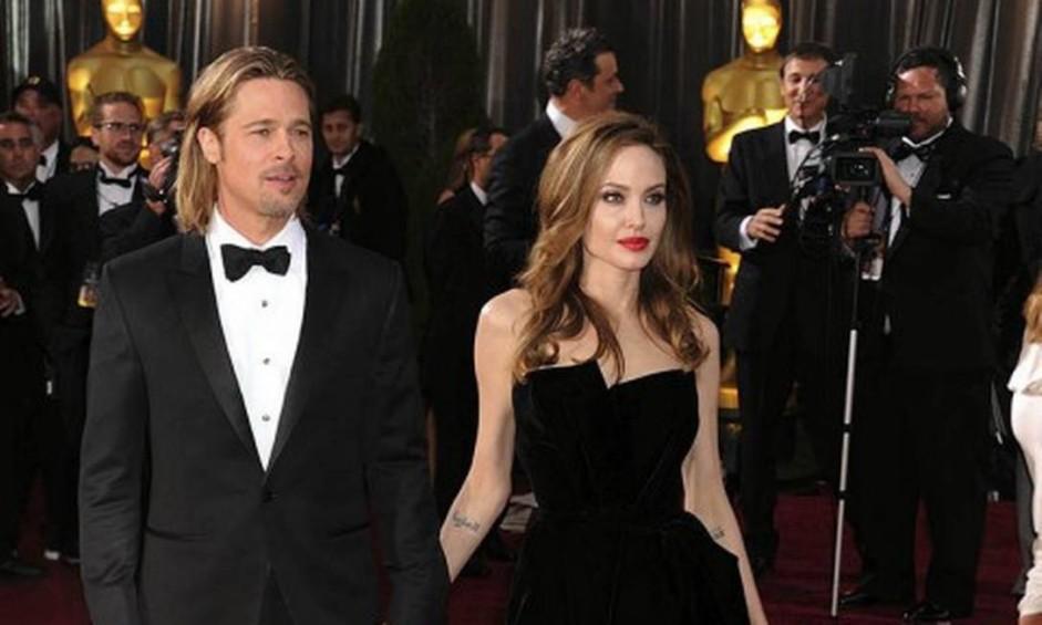 """O casal Angelina Jolie e Brad Pitt, apelidado pela imprensa americana de Brangelina, não está mais junto. A notícia, primeiramente publicada pelo site """"TMZ"""", foi confirmada pelo advogado da atriz ao """"Telegraph"""". Angelina deu entrada nos papéis na segunda-feira, pedindo a guarda exclusiva dos seis filhos do casal. Para relembrar a relação que começou em 2004, reunimos os melhores cliques da dupla em eventos mundo afora. Aqui, eles monopolizam os flashes no Oscar de 2012 Foto: AFP"""