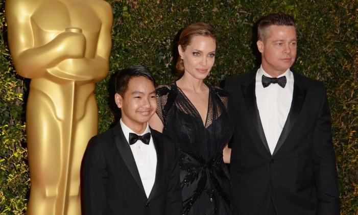 Maddox, Angelina Jolie e Brad Pitt, em 2013 Foto: ROBYN BECK / AFP