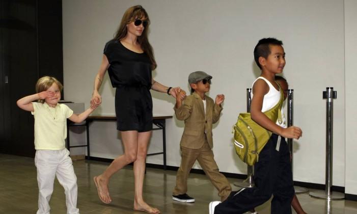 Angelina Jolie com Shiloh (esquerda), Pax Thien, Maddox e Zahara (encoberta), em julho de 2010 Foto: ISSEI KATO / REUTERS