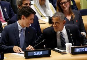 Obama e Trudeau (esq.): chefe do governo canadense assumiu compromisso de aumentar recebimento de refugiados Foto: KEVIN LAMARQUE / REUTERS