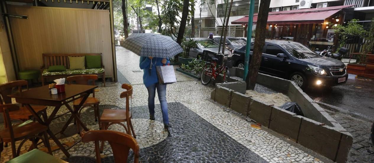 Sem licença, jardineira em calçada na rua Rainha Guillermina será removida Foto: Domingos Peixoto / Agência O Globo