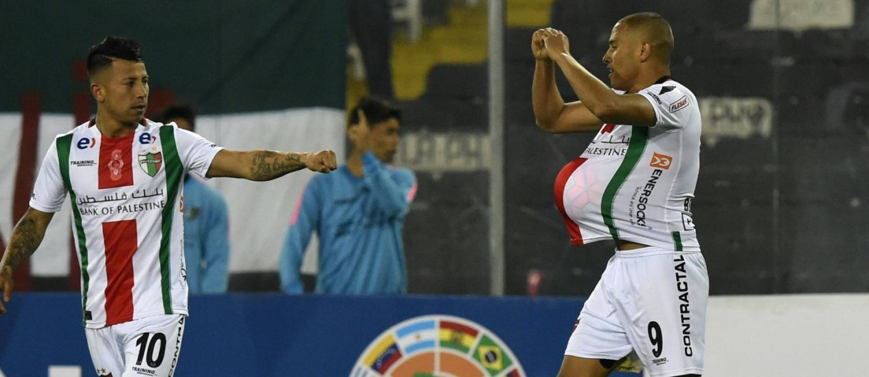 Valencia e Benegas comemoram gol do Palestino na Copa Sul-Americana Foto: MARTIN BERNETTI / AFP