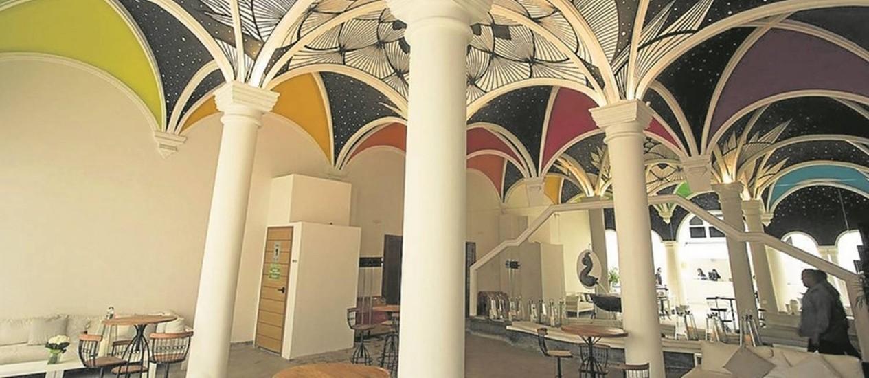 O bistrô e um dos teatros reformados: centro cultural do estado teve obras bancadas por fabricante de relógios Foto: Antonio Scorza