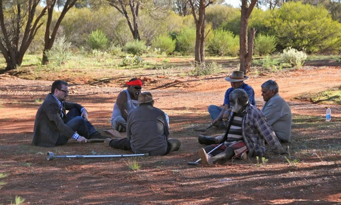 Os pesquisadores com um grupo de anciões aborígenes australianos Foto: Preben Hjort/Mayday Film