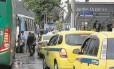 Táxis e ônibus disputam lugar em frente à estação da Barra