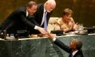 Saída diplomática. Obama (embaixo) cumprimenta Ban Ki-moon (esquerda) e o presidente da Assembleia, Peter Thomson, após discurso: defesa de uma solução para a guerra na Síria Foto: CARLO ALLEGRI/REUTERS