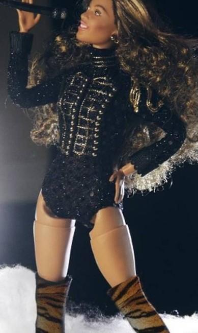Beyoncé ganhou uma Barbie para chamar de sua — pelo menos não-oficialmente. Um fã transformou a boneca em uma versão em miniatura da cantora americana e publicou fotos da brincadeira no Instagram (@barbiebeyoncelife). Mas bem que a Mattel poderia se inspirar na ideia, não é mesmo? Reprodução/Instagram