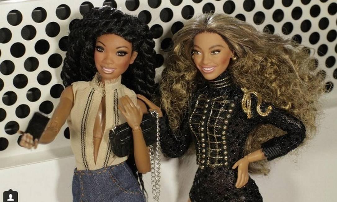 """A boneca também tem direito a momentos de descontração, como este ao lado da """"Barbie Brandy"""" Reprodução/Instagram"""