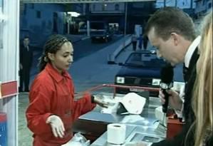 Russomano tenta comprar um papel higiênico separdo do pacote, em vídeo feito em 2005 Foto: Reprodução