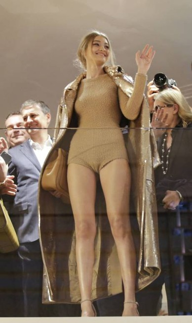 Estrela de um evento da Max Mara, neste primeiro dia da semana de moda de Milão, Gigi Hadid, com as pernas de fora, arrastou uma multida de fãs. Todos queriam um selfie com a modelo americana, o grande nome do momento Luca Bruno / AP