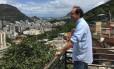 Osorio observa paisagem na laja da estátua do Michael Jackson