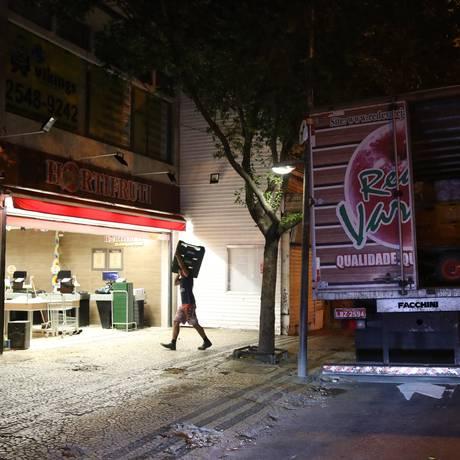 Entrega de mercadorias em Copacabana, na Zona Sul do Rio Foto: Arquivo / 18/07/2016 / Marcelo Carnaval / Agência O Globo