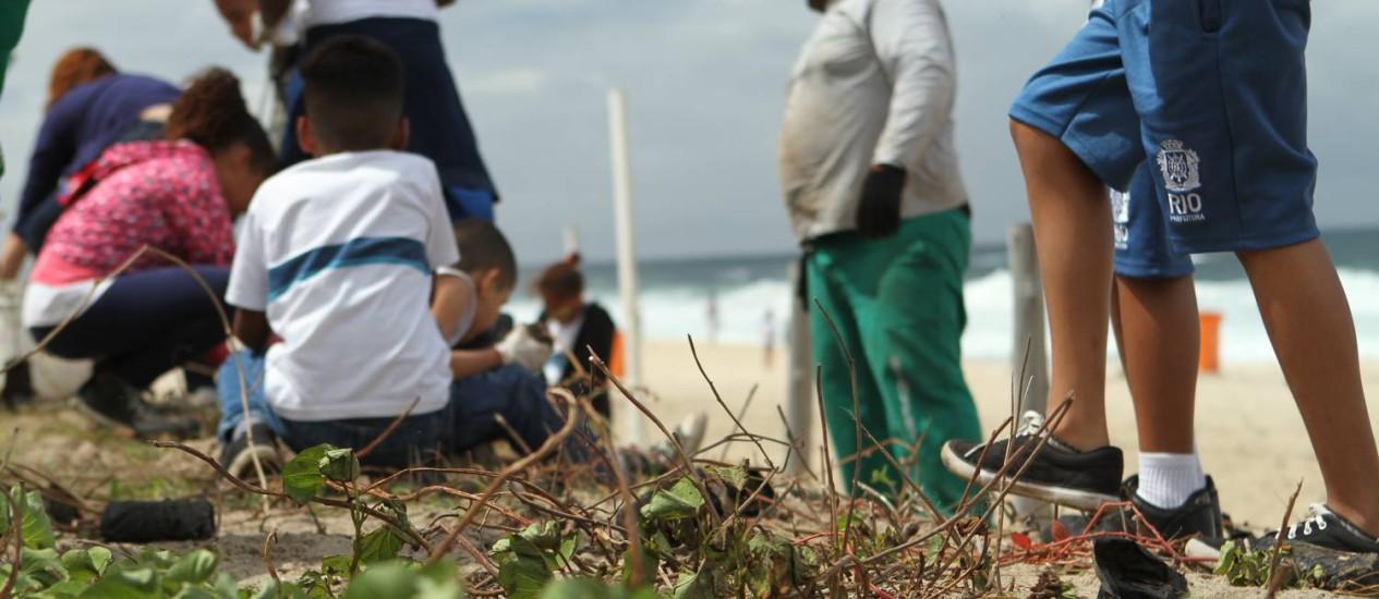 Cerca de 30 crianças de uma escola municipal participam de replantio na Praia de Ipanema Foto: Marcelo Lince / Divulgação