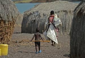 Mãe e filho da tribo El Molo em aldeia junto ao lago Turkana, no Norte do Quênia: como esperado, países da África Subsaariana estão em pior situação Foto: CARL DE SOUZA / AFP/CARL DE SOUZA