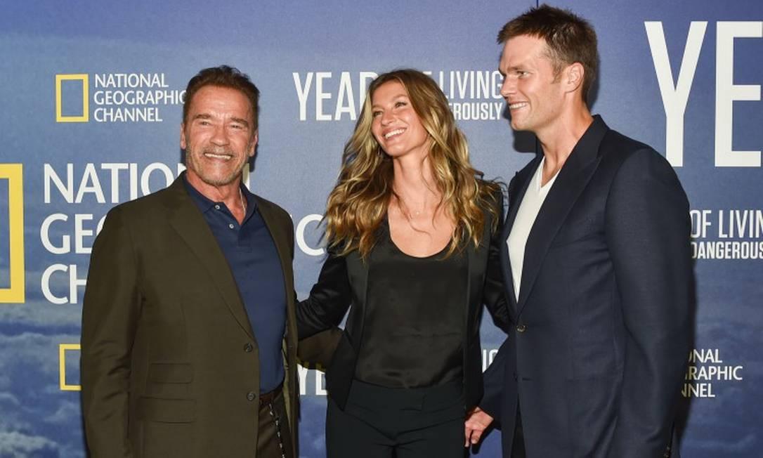 Os dois aproveitaram a ocasião para posar com Arnold Schwarzenegger, um dos produtores-executivos da série Evan Agostini / Evan Agostini/Invision/AP