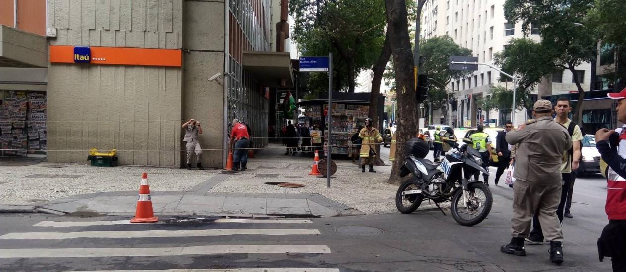 Bueiro foi isolado após bombeiros controlarem as chamas Foto: Patrícia de Paula / Agência O Globo