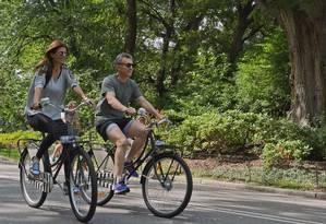 Presidente argentino, Mauricio Macri, anda de bicicleta com a mulher, Juliana Awada, no Central Park, em Nova York Foto: HANDOUT / REUTERS