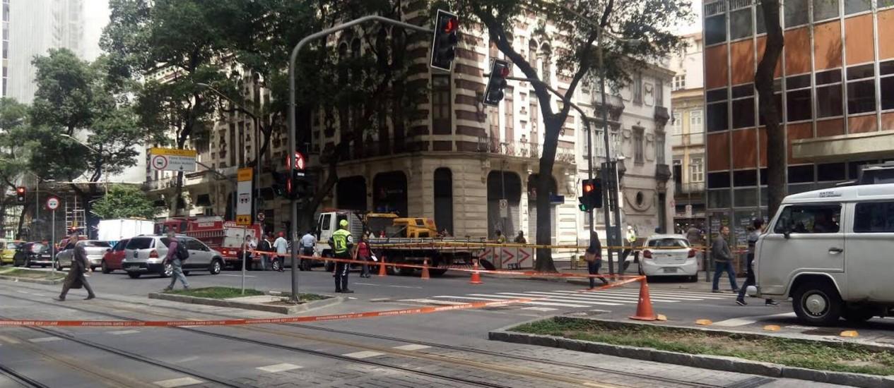 Trecho do VLT é inteditado devido ao incêndio que atingiu um bueiro no Centro do Rio Foto: Patricia de Paula / O Globo