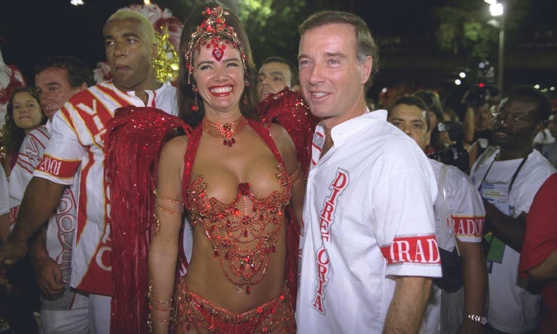 Carnaval. Luma de Oliveira e Eike Batista: desfile na Viradouro, escola de samba de Niterói, onde ela viveu Foto: Marcelo Sayão 26/02/2001 / Agência O Globo
