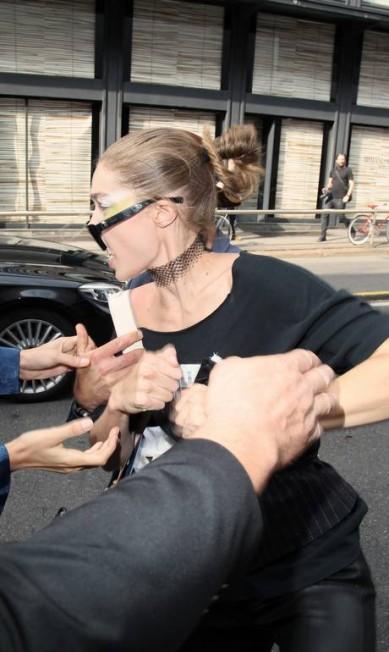 Gigi foi assediada após o desfile da Max Mara, em Milão AKM-GSI