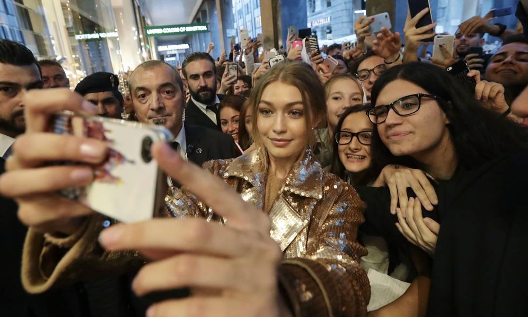 Em Milão , Gigi arrastou uma multidão de fãs Luca Bruno / AP